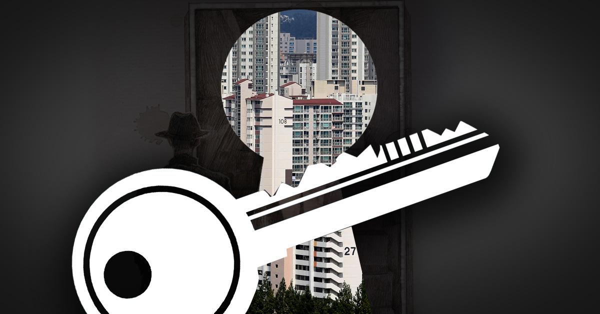 열쇠공을 불러 옛 남자친구의 아파트에 무단으로 침입한 40대 초반 여성이 경찰에 붙잡혔다. [중앙포토]