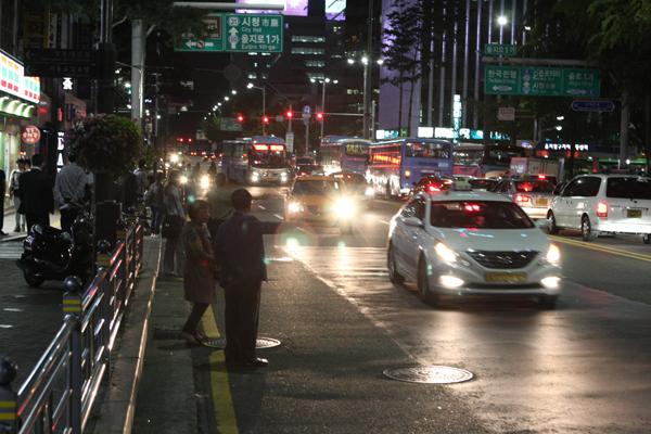 택시업계에서는 승객 감소 등을 이유로 지하철 심야버스의 도입을 반대할 가능성이 높다. [중앙포토]