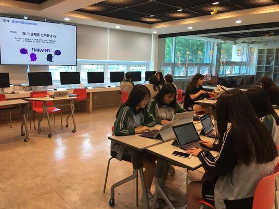 '미래학교'연구학교'인 서울 창덕여중의 학생들의 활동 모습. [창덕여중 이은상 교사 제공]