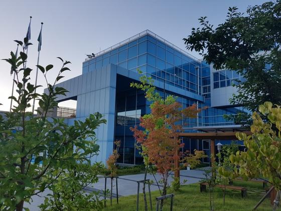 경전철사업소의 한 건물. 3층에 통합관제실이 있다. 김윤호 기자