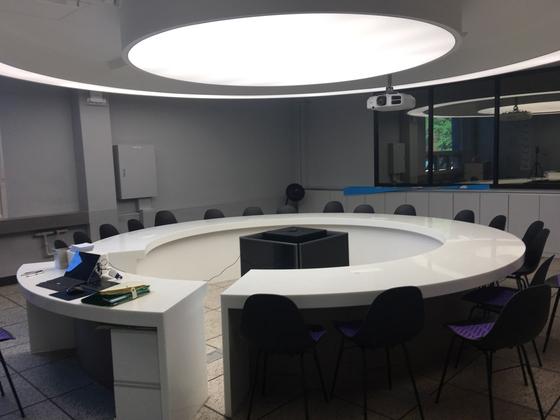 '미래학교 연구학교'인 서울 창덕여중의 원형 회의실. 일반 중학교에선 보기 어려운 공간이다.[창덕여중 이은상 교사 제공]
