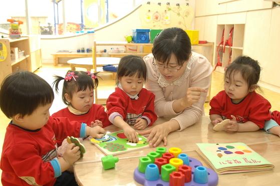 중산층이 줄면서 교육 격차가 커졌다. 소득이 높은 가정에서 더 좋은 교육을 받도록 투자한다. [중앙포토]