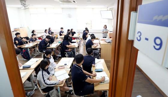 8월중 현 중3 학생들의 수능 출제 과목이 결정된다. 수학과 과학에서 심화내용의 출제 여부를 놓고 논란이 일고 있다. [중앙포토]