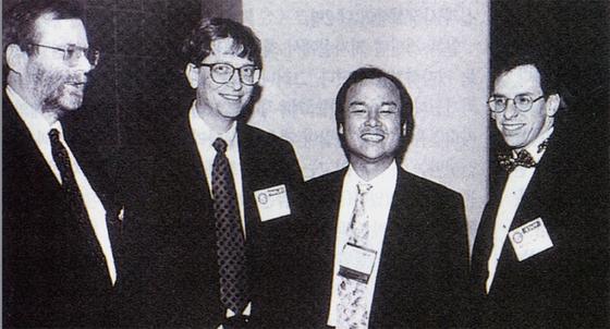 손 마사요시 소프트뱅크 회장(오른쪽 두 번째)이 스티브 잡스 애플 설립자(맨 왼쪽), 빌 게이츠 마이크로소프트 설립자(왼쪽 두 번째)와 함께 포즈를 취하고 있다.