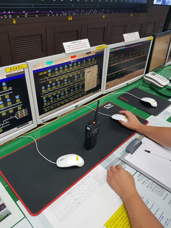 마우스와 무전기, 모니터로 열차를 컨트롤 한다. 김윤호 기자