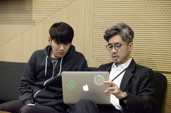 임정민 대표(오른쪽)가 창업가에게 조언을 건네고 있다. 사진 임정민