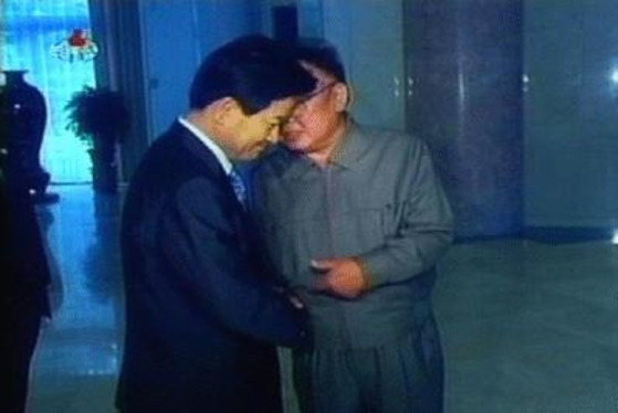 2005년 김정일 위원장이 방북한 정동영 당시 통일부 장관에게 귓속말을 하고 있다. [중앙포토]