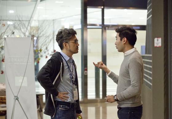 임정민 대표(왼쪽)가 창업가와 이야기하고 있다. 사진 임정민