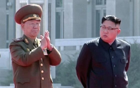 지난 2017년 봄 평양 여명거리 완공식에 참석한 황병서(왼쪽)를 김정은 위원장이 쳐다보고 있다. 시선이 곱지 않다. 이후 황병서는 실각했다가 올해 2월 공식석상에 재등장했다. 13일엔 '당 제1부부장'이라는 직함을 받은 것을 확인돼 완연한 복권을 알렸다.                       [중앙포토]
