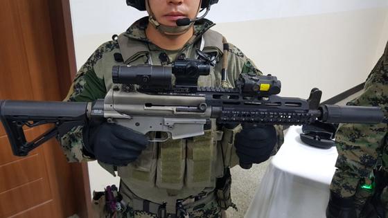 워리어플랫폼 액서서리가 달린 K1A1 소총. 총열 윗부분 왼쪽부터 3배율경, 도트 사이트, 야간 레이저 표적 지시기. 이철재 기자