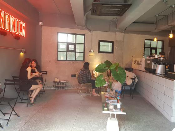 봉리단길 커피숍 겸 술집인 모던브릭 내부 모습 . 위성욱 기자