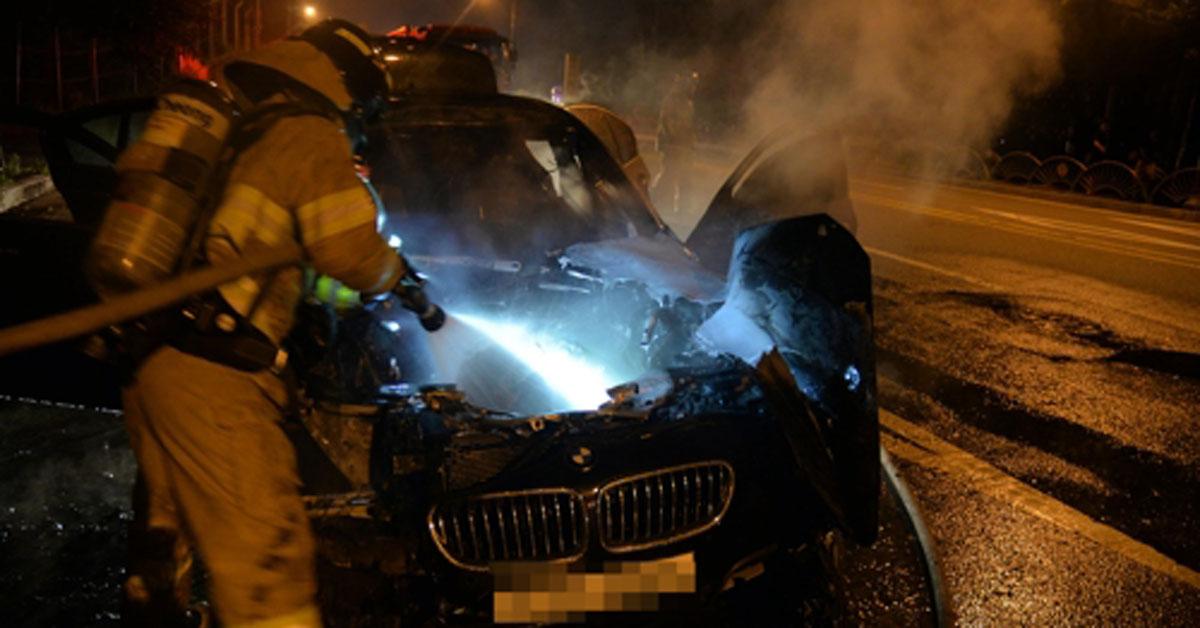 12일 밤 경기도 하남시 미사대로에서 달리던 중 화염에 휩싸인 BMW520d[연합뉴스]