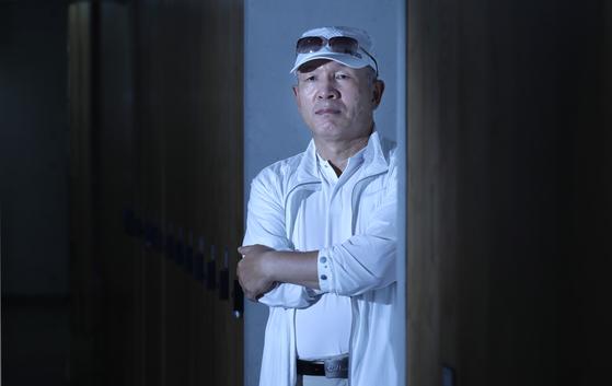 지난 11일 중앙SUNDAY와 인터뷰를 한 영화 '공작'의 실제 주인공 흑금성 박채서씨. 그의 존재는 98년 안기부 간부들이 구명로비를 벌이는 과정에서 불거진 '이대성 파일' 사건으로 노출됐다. 김경빈 기자
