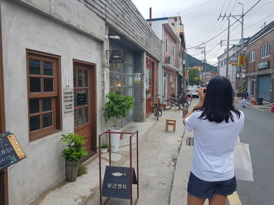 봉리단길의 중심부에 위치한 낭만멸치 등 가게 모습. 위성욱 기자