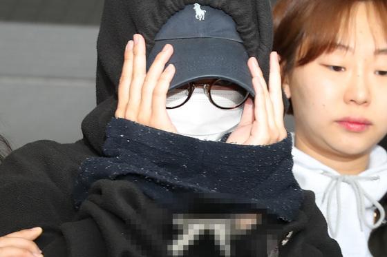 지난 5월 '홍대 몰카범' 안씨가 영장실질심사를 받기 위해 서울 마포경찰서에서 나와 서부지방법원으로 이송되는 모습. [뉴스1]