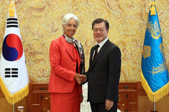 2017년 9월 청와대 집무실에서 만난 문재인 대통령과 크리스틴 라가르드 IMF 총재. [중앙포토]