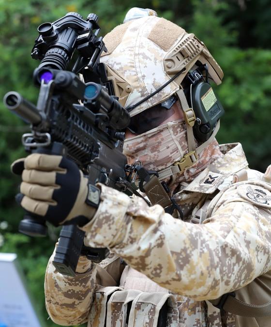 UAE 파병 아크부대원들이 지난 6월 25일 환송식에서 신형 워리어플랫폼을 착용한 상태로 내부 소탕작전 시범을 보이고 있다. 이날 장병들은 민간에서 개발한 조준경, 확대경 등 18종의 검증된 장비를 착용하고 시범을 보였다. [사진 육군]