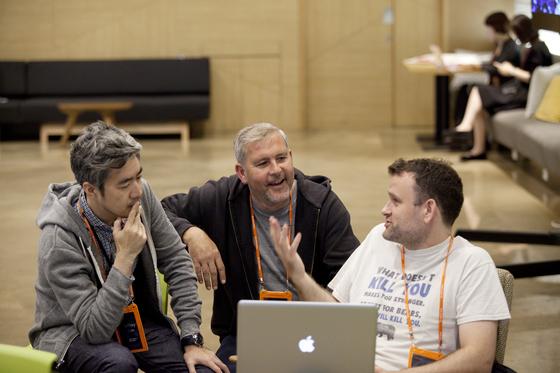 임정민 대표(왼쪽)가 아일랜드의 창업가와 대화하고 있다. 사진 임정민