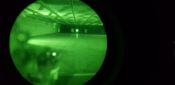 워리어플랫폼 액서서리를 이용해 야간사격 조준을 하는 모습. 야시경을 통해 녹색 광선(레이저)가 보인다. [사진 국방부 기자단]