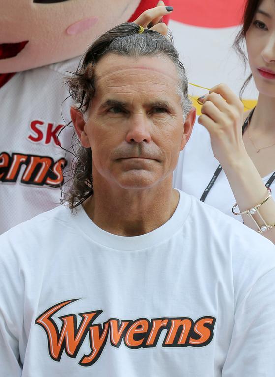 소아암 어린이를 위해 모발 기부를 하기 위해 머리를 자르고 있는 트레이 힐만 SK 감독. [사진 SK 와이번스]