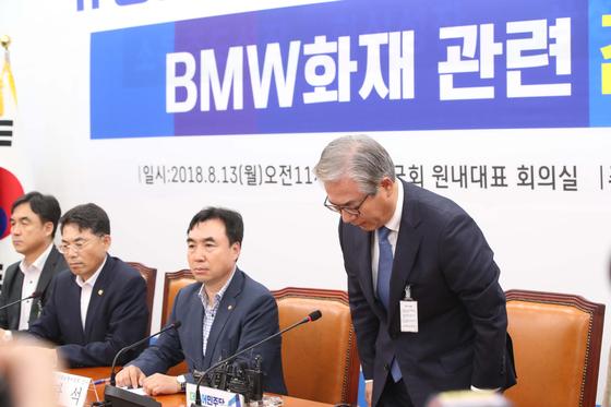 김효준 BMW그룹코리아 회장(오른쪽)이 13일 더불어민주당 국토교통위원들이 개최한 긴급간담회에 참석해 인사하고 있다. 오종택 기자