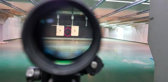 워리어플랫폼 액서서리를 이용해 주간사격 조준을 하는 모습. [사진 국방부 기자단]