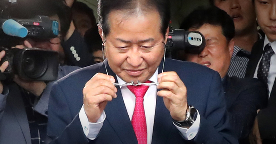 홍준표 자유한국당 대표가 6월14일 서울 여의도 당사에서 사퇴 의사를 밝히고 당사를 떠나고 있다. [연합뉴스]
