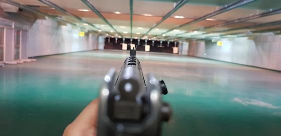 워리어플랫폼 액서서리가 하나도 안 달린 K1A1 소총으로 조준하는 모습. [사진 국방부 기자단]