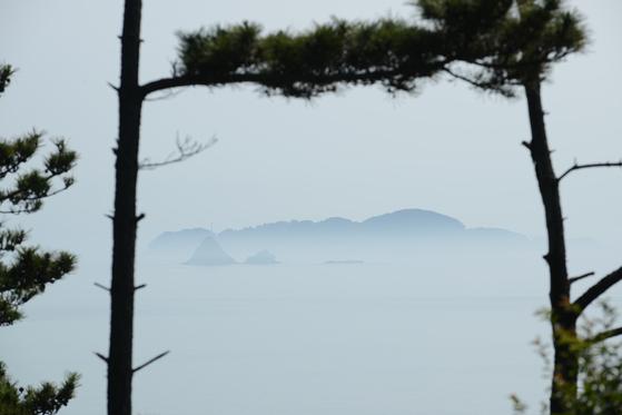 삽시도둘레길을 걸으면 바다 건너 점점이 박힌 섬들을 볼 수 있다. [사진 한국관광공사]