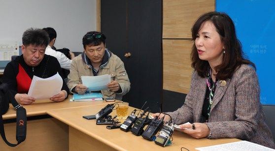 공지영 작가가 지난 4월 3일 전주시청에서 '봉침 여목사 사건'과 관련해 기자회견을 하고 있다. [뉴스1]