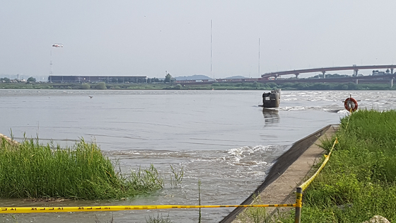 한강 신곡수중부 인근 한강이 서해안 밀물로 역류하고 있다. 역류한 물은 여의도까지 올라간다고 한다. 유속이 빨라 와류가 생기는 모습. 임명수 기자