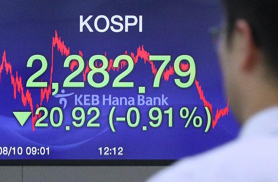 10일 오후 서울 중구 KEB하나은행 딜링룸에서 직원들이 업무를 보고 있다.<뉴스1>