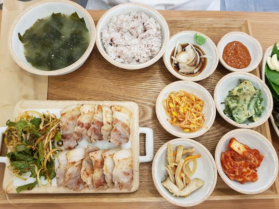 부원키친의 인기 음식 삽겹살 정식. 위성욱 기자