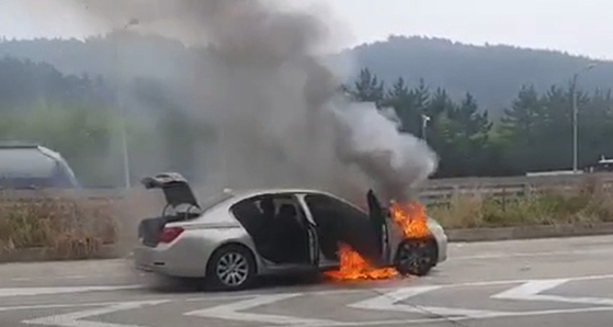 지난 9일 오전 7시 50분께 경남 사천시 남해고속도로에서 A(44)씨가 몰던 BMW 730Ld에서 불이 났다. 불은 차체 전부를 태우고 수 분 만에 꺼졌다 [연합뉴스]