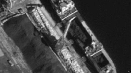 2017년 9월 북한 선박 '을지봉' 호가 러시아 홀름스크 항에서 북한산 석탄을 하역하는 장면. 석탄은 다시 '리치 글로리' 호와 '스카이 엔젤' 호에 실려 한국 인천과 포항으로 운송됐다. 유엔 안보리 대북제재위원회 산하 전문가패널이 지난 3월 공개한 연례보고서에 실린 사진이다. [VOA코리아 홈페이지 캡처]