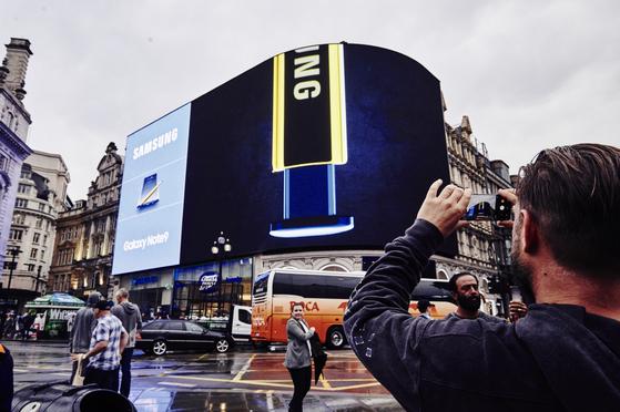 12일 영국 런던 피카딜리 서커스에 삼성전자 갤럭시 노트9 대형 옥외광고가 등장했다. [사진 삼성전자]