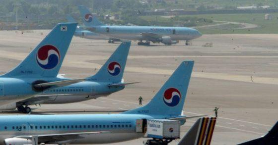 김포공항에서 대기 중인 대한항공 항공기.