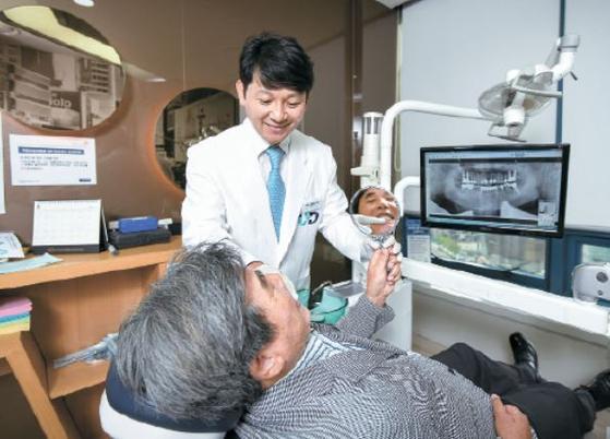 진세식 협회장이 김갑곤 독립운동가의 장남 김길문씨의 구강을 점검하고 있다. 김씨는 어금니 3개에 임플란트 치료를 받을 예정이다. 프리랜서 김동하