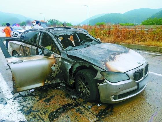 9일 오전 7시55분께 경남 사천시 곤양면 남해고속도로에서 2011년식 BMW 730LD 차량에서 차량결함(배기가스 재순환 장치 결함)으로 추정되는 화재가 발생해 차량이 전소됐다. [사진=경남지방경찰청]