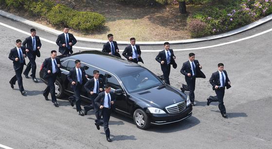 북한 김정은 국무위원장이 탑승한 메르데세스-벤츠 리무진 차량 [사진 청와대사진기자단]