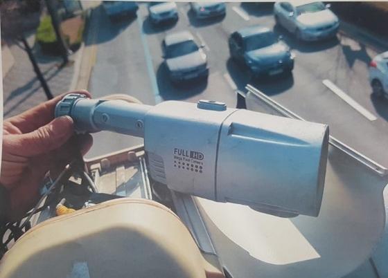 CCTV 납품업체 대표 A씨(48)가 부산 버스전용도로에 설치한 CCTV.[사진 부산경찰청]