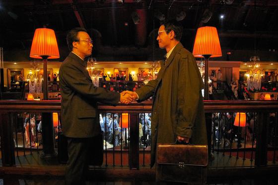 영화 '공작'에서 흑금성(황정민 분)이 북측 핵심인사 리명운(이성민 분)를 베이징에서 만나는 장면. 사진=CJ엔터테인먼트