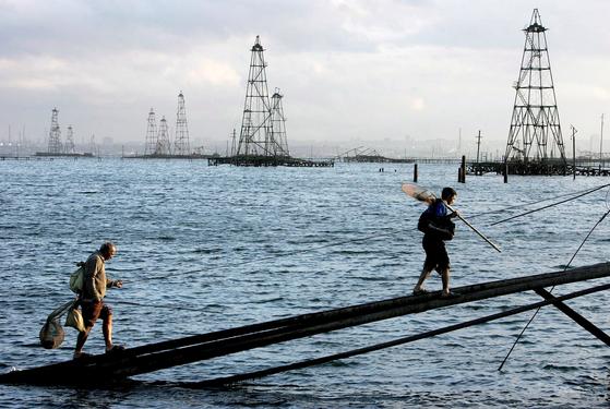 아제르바이잔 인근 카스피해에 설치된 유정탑. [EPA=연합뉴스]