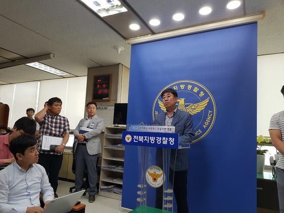 황인택 군산경찰서 형사과장이 13일 전북경찰청 브리핑룸에서 '원룸 여성 살해·암매장 사건'에 대해 브리핑하고 있다. 김준희 기자