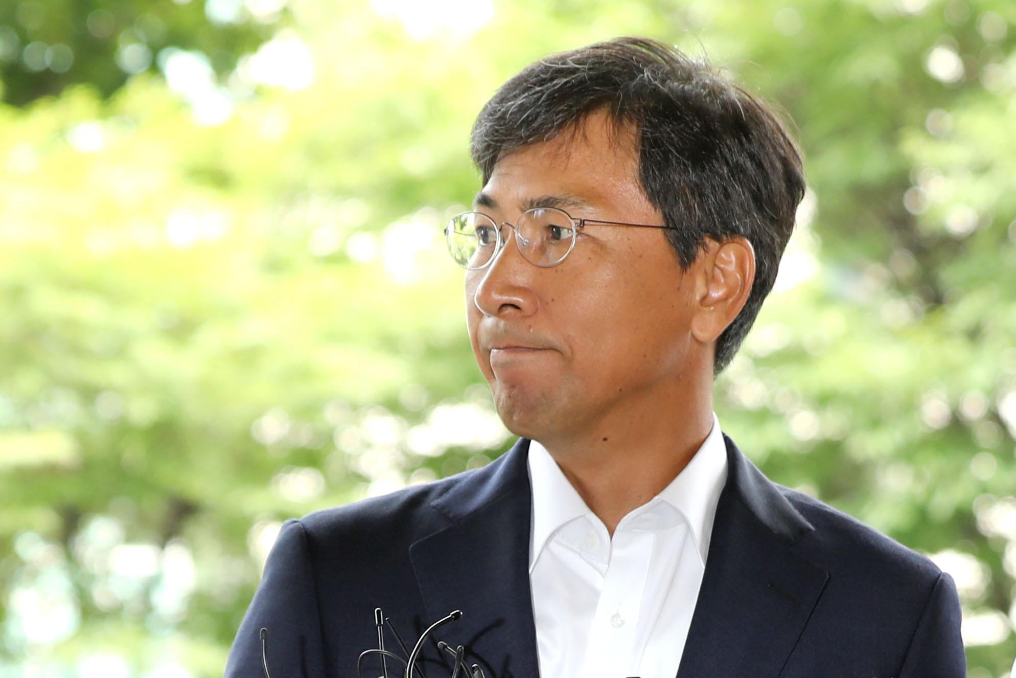 비서를 성폭행한 혐의를 받고 있는 안희정 전 충남지사가 14일 오전 서울 마포구 서부지방법원에서 열린 선고 공판에 출석하고 있다. [뉴스1]