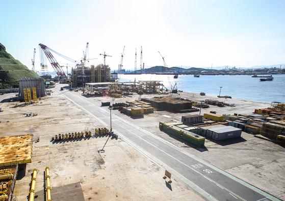 현대중공업 해양플랜트 사업본부 작업장. 올해 초 촬영한 것으로 뒤쪽 구조물 한 개 외에 텅 비어 있는 모습이다. [사진 현대중공업]