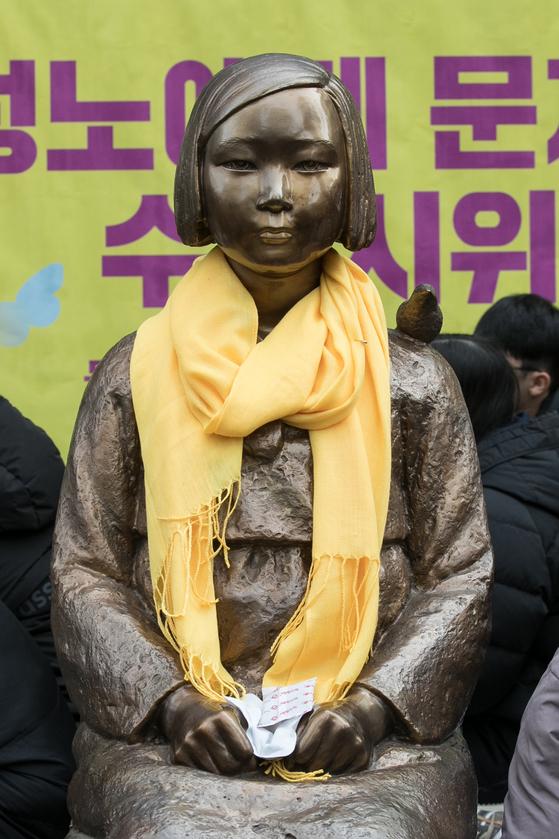 서울 종로구 옛 일본대사관 터 앞에 세워진 평화의 소녀상 [뉴스1]