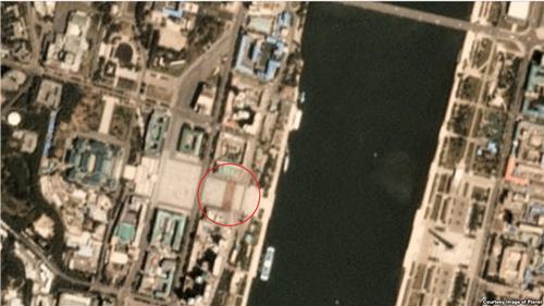 민간 위성업체 '플래닛 랩스'가 한국 시간으로 11일 오전 10시 54분 평양 일대를 촬영한 위성사진에서 김일성 광장에 직사각형 형태로 도열한 인파가 포착됐다. [VOA 캡처]