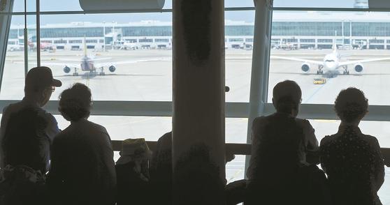 인천국제공항을 찾은 어르신들이 비행장을 바라보며 더위를 식히고 있다. 출처=뉴스1