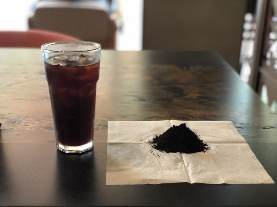 아메리카노 한 잔을 만들고 나면 14g의 커피찌꺼기가 나온다. 천권필 기자.